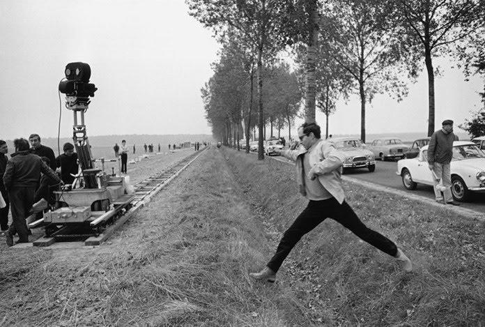 Jean-Luc Godard durant la préparation du célèbre travelling de Week-End  Flickr  Jean-Pierre Cauchon